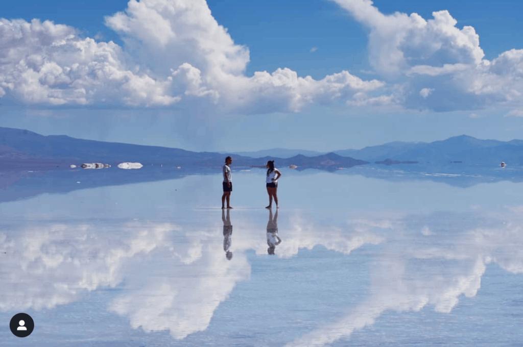 Lago con reflejo del cielo