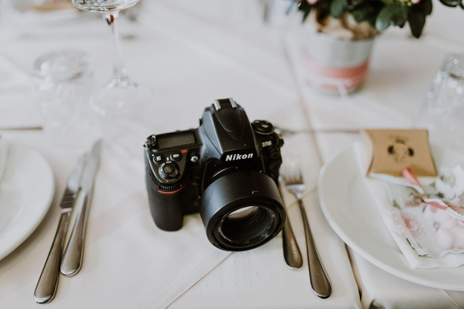 Cámara Nikon sobre mesa de restaurante