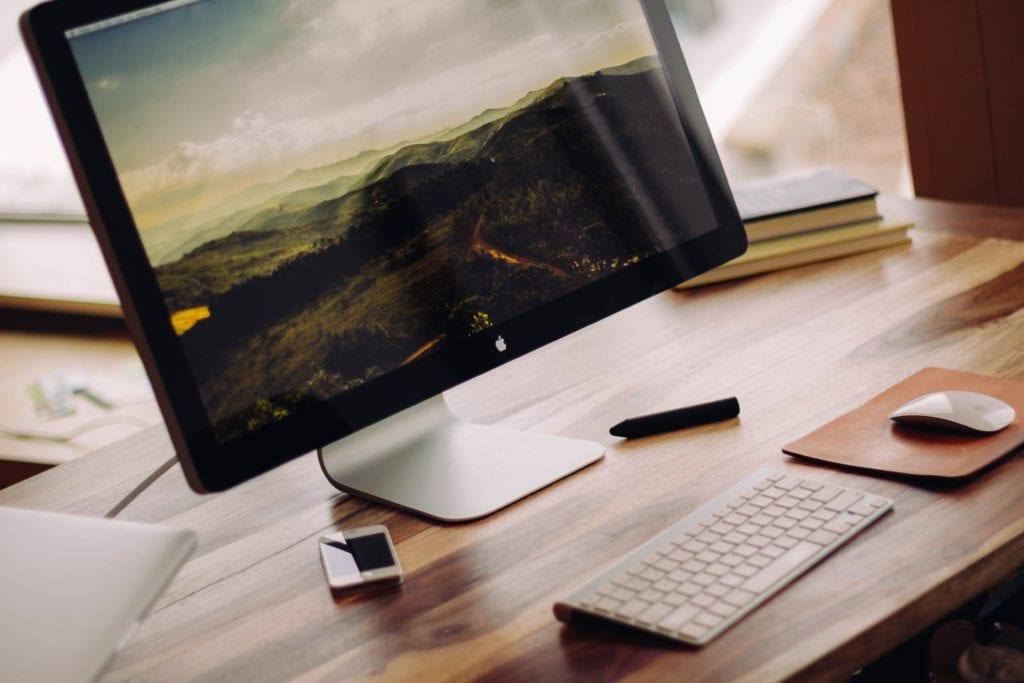 Pantalla de ordenador sobre escritorio