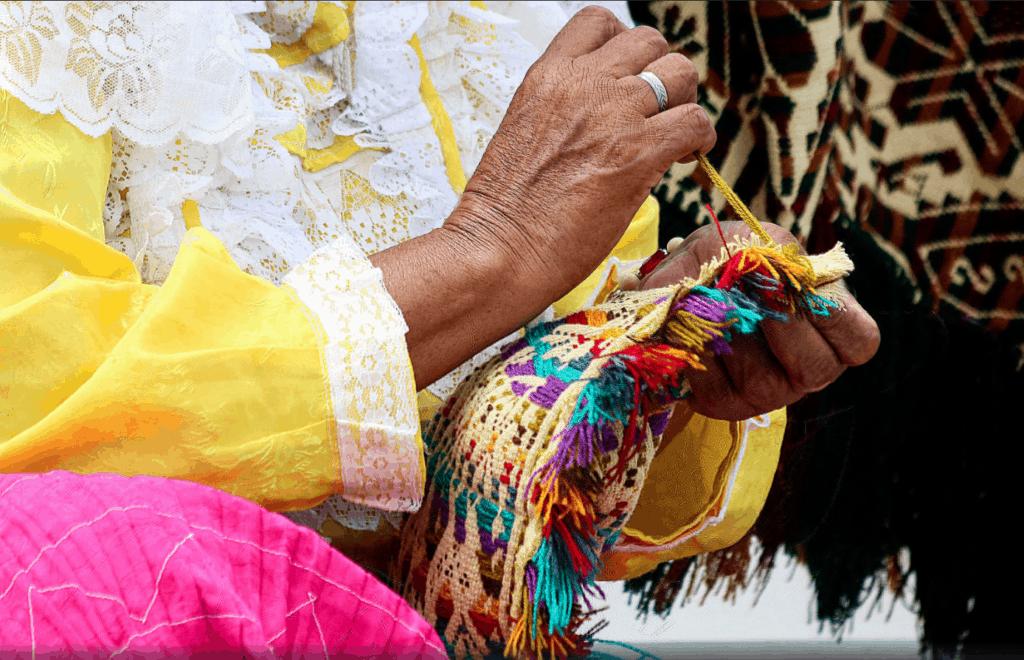 Manos de mujer tejiendo