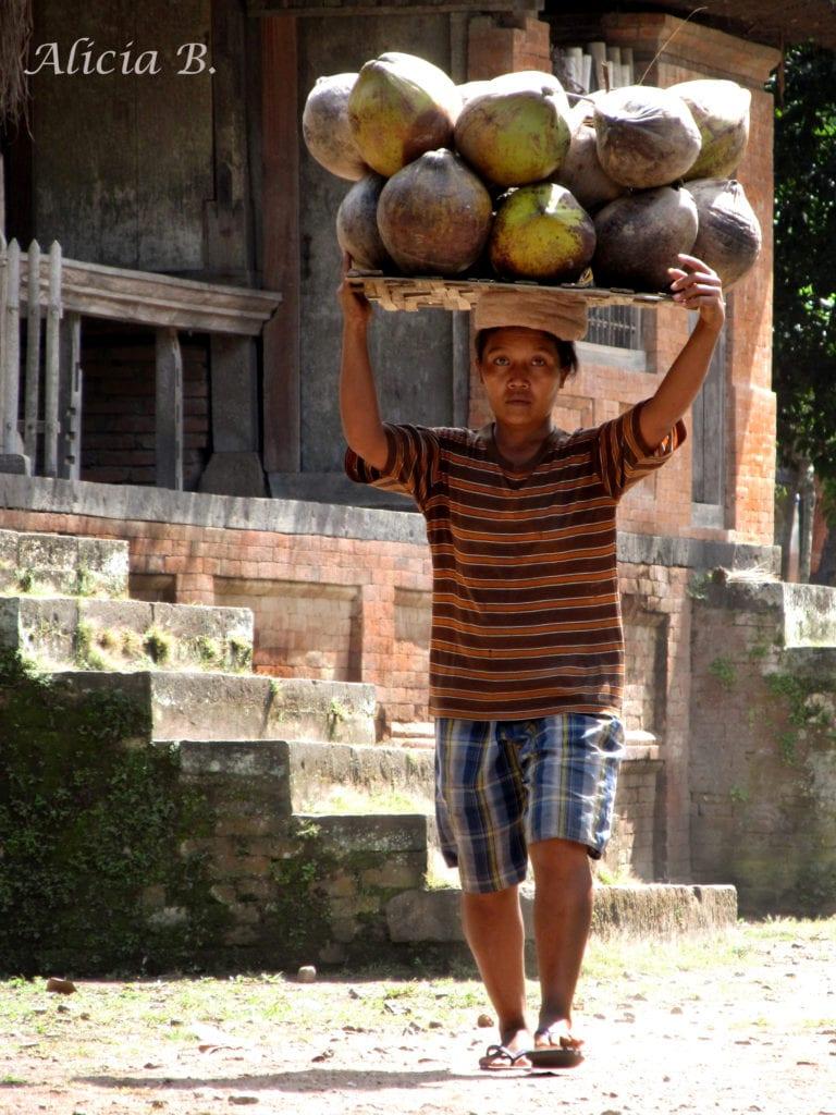 Mujer cargando mercancía en la cabeza