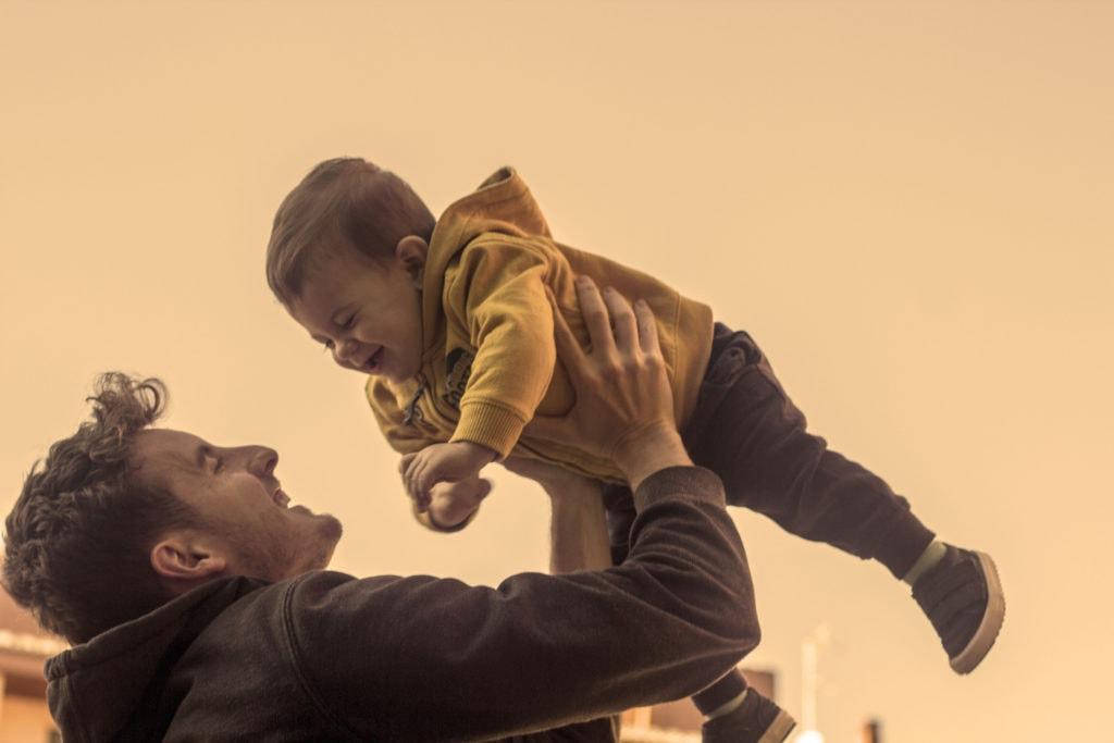 Padre alzando a bebé
