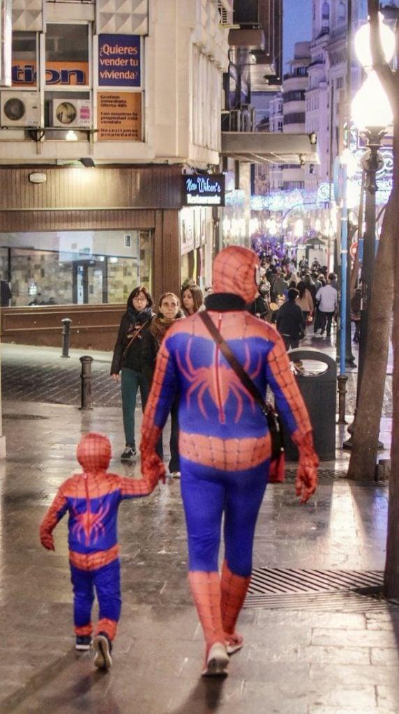 Papá e hijo disfrazados de Spiderman