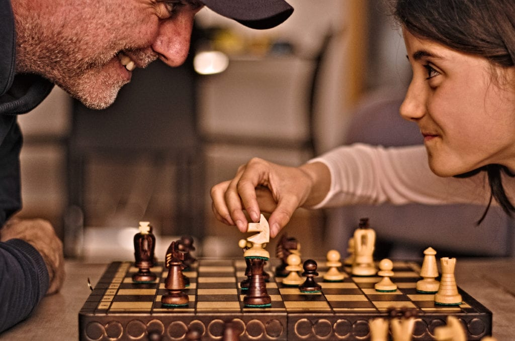 Padre e hija jugando al ajedrez