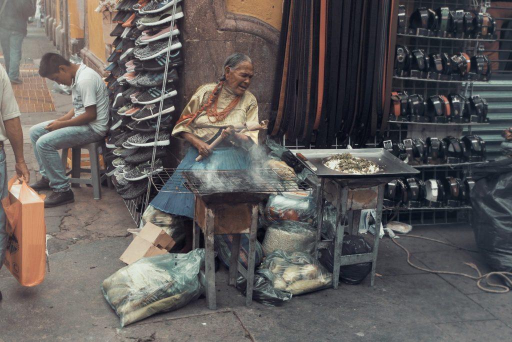 Mujer vendedora ambulante