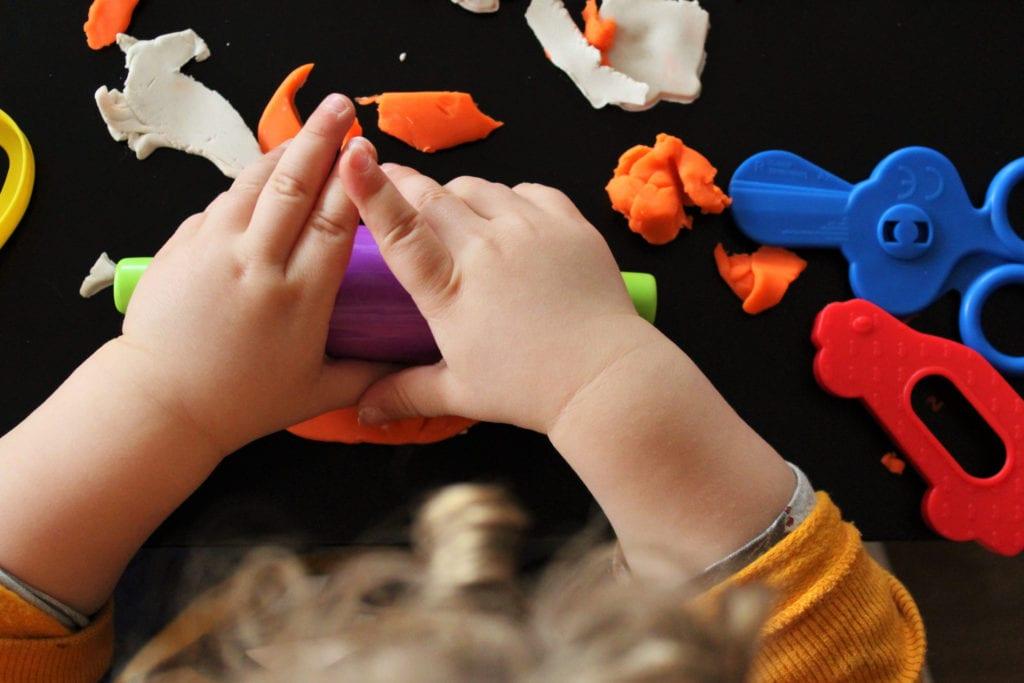 Vista cenital de niña jugando con plasti
