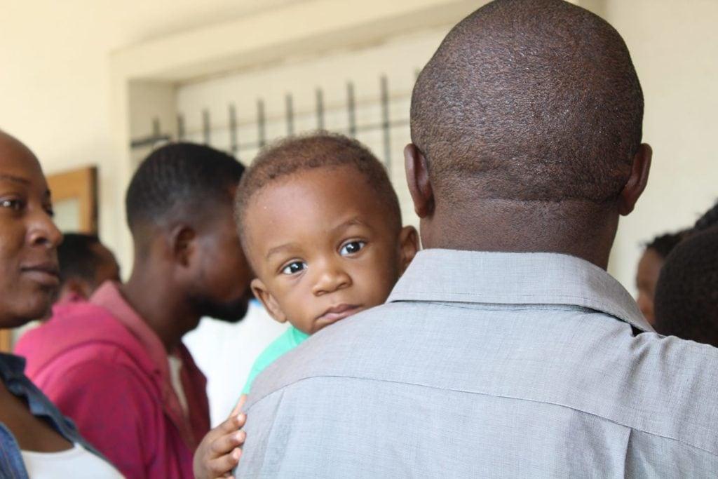 Mirada de bebé en brazos de papá