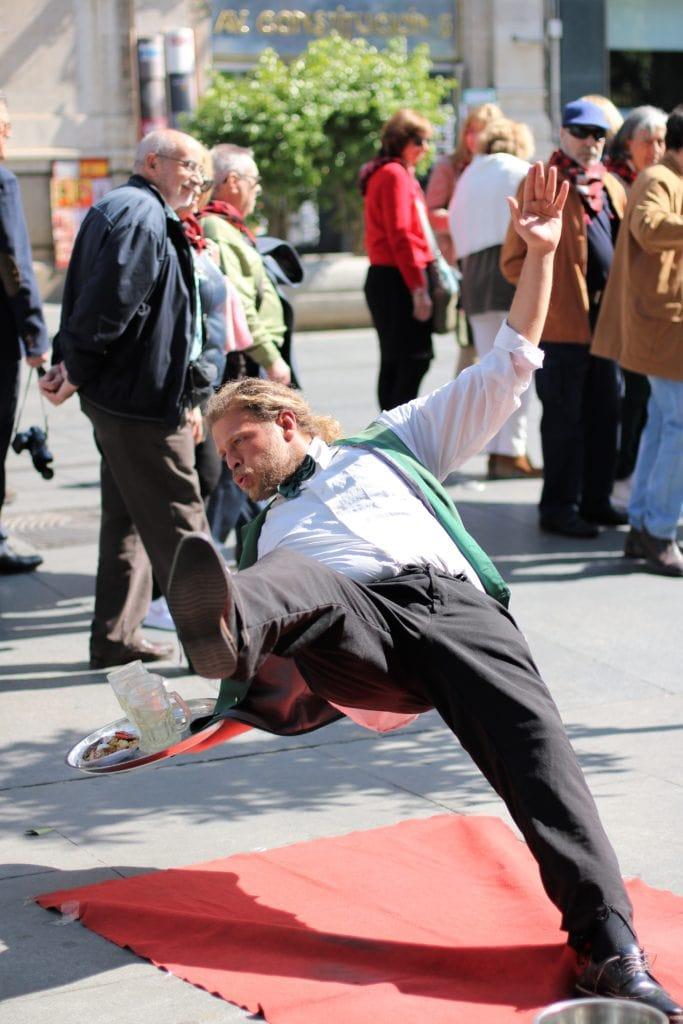 Camarero cayéndose al suelo