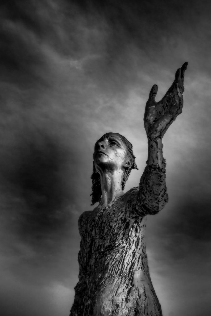 Estatua en blanco y negro
