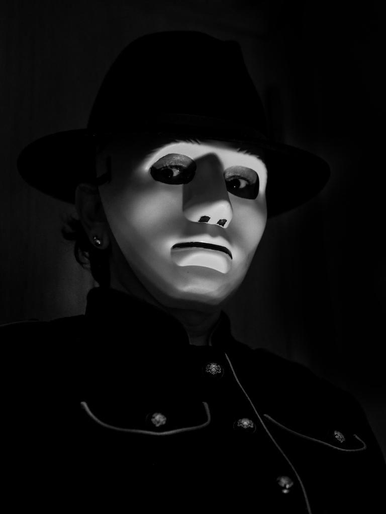 Retrato con máscara misterio