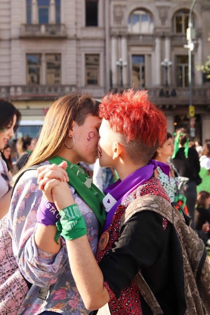 Mujeres besándose
