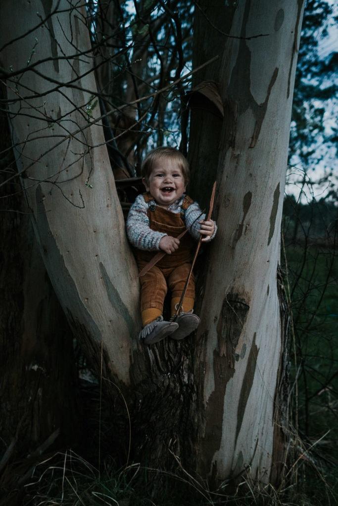 Fotografía de bebé con árbol