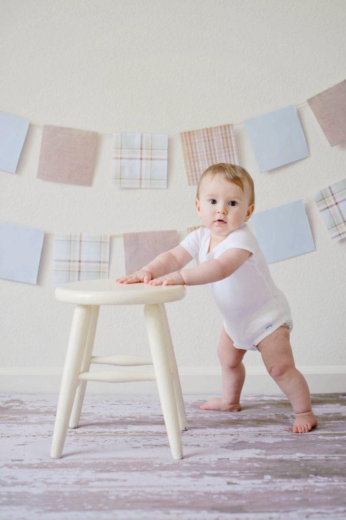 Fotografía de bebé dando pasos