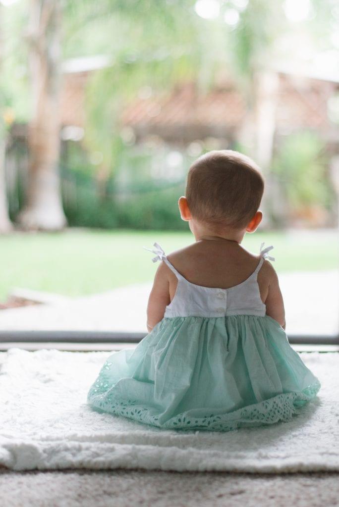 Bebé de espaldas tonos pastel