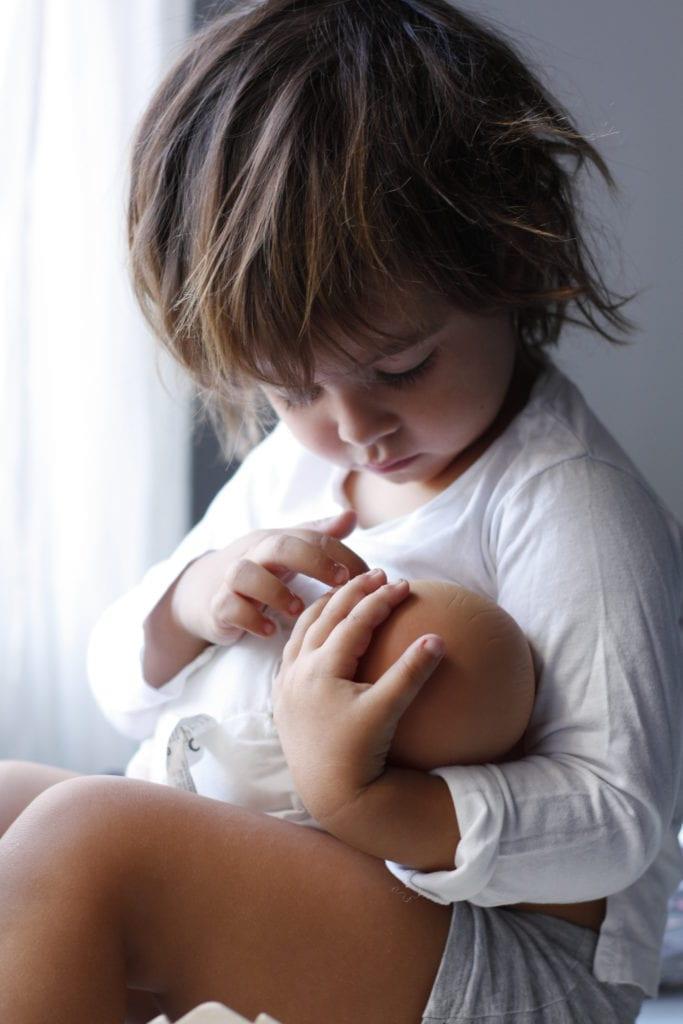 bebé amamantando a su muñeca