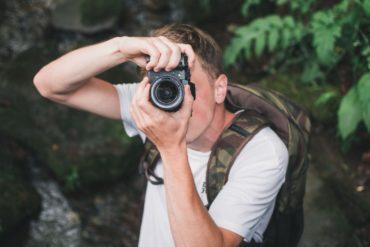 Chico haciendo una foto con cámara Fuji