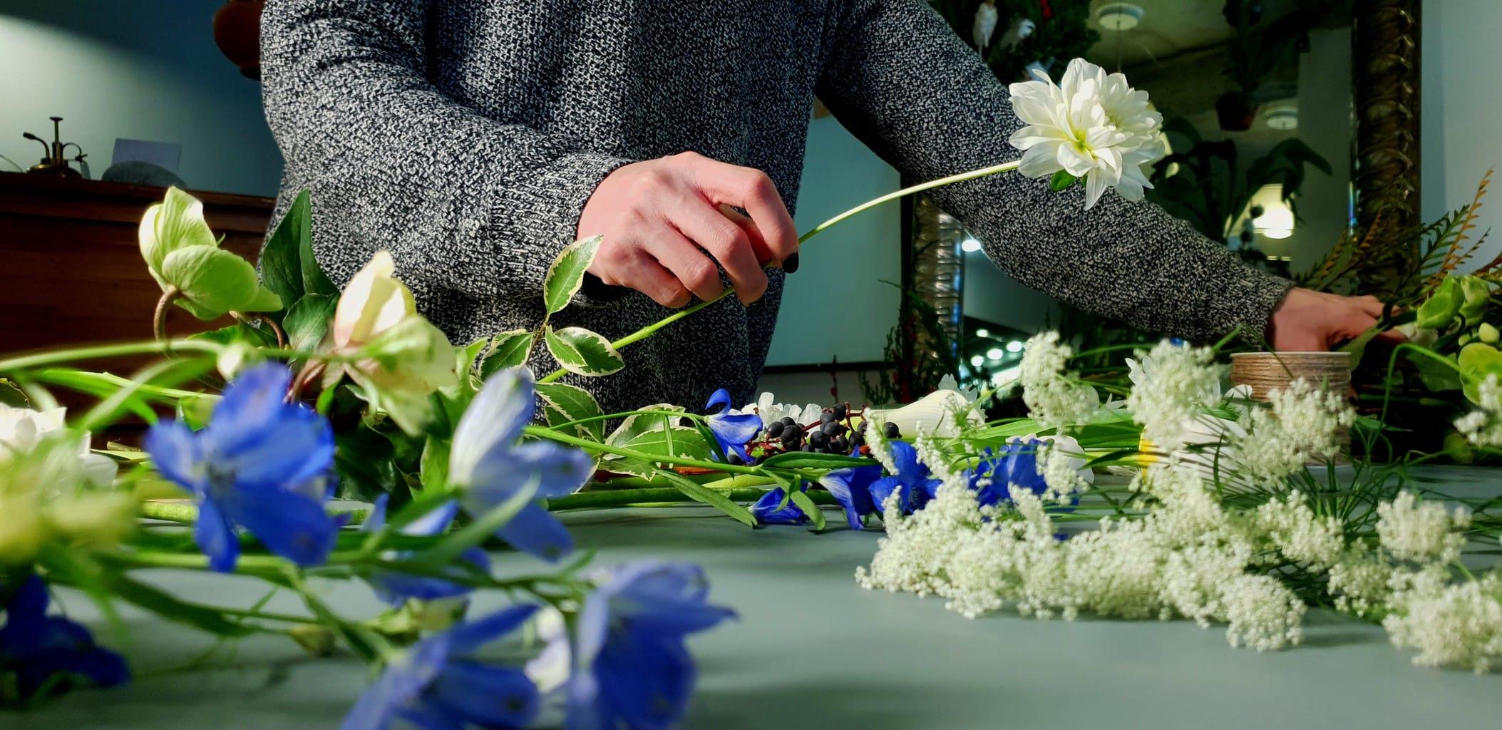 Fotografía tomada con un Galaxy S9 de alguien haciendo un ramo de flores