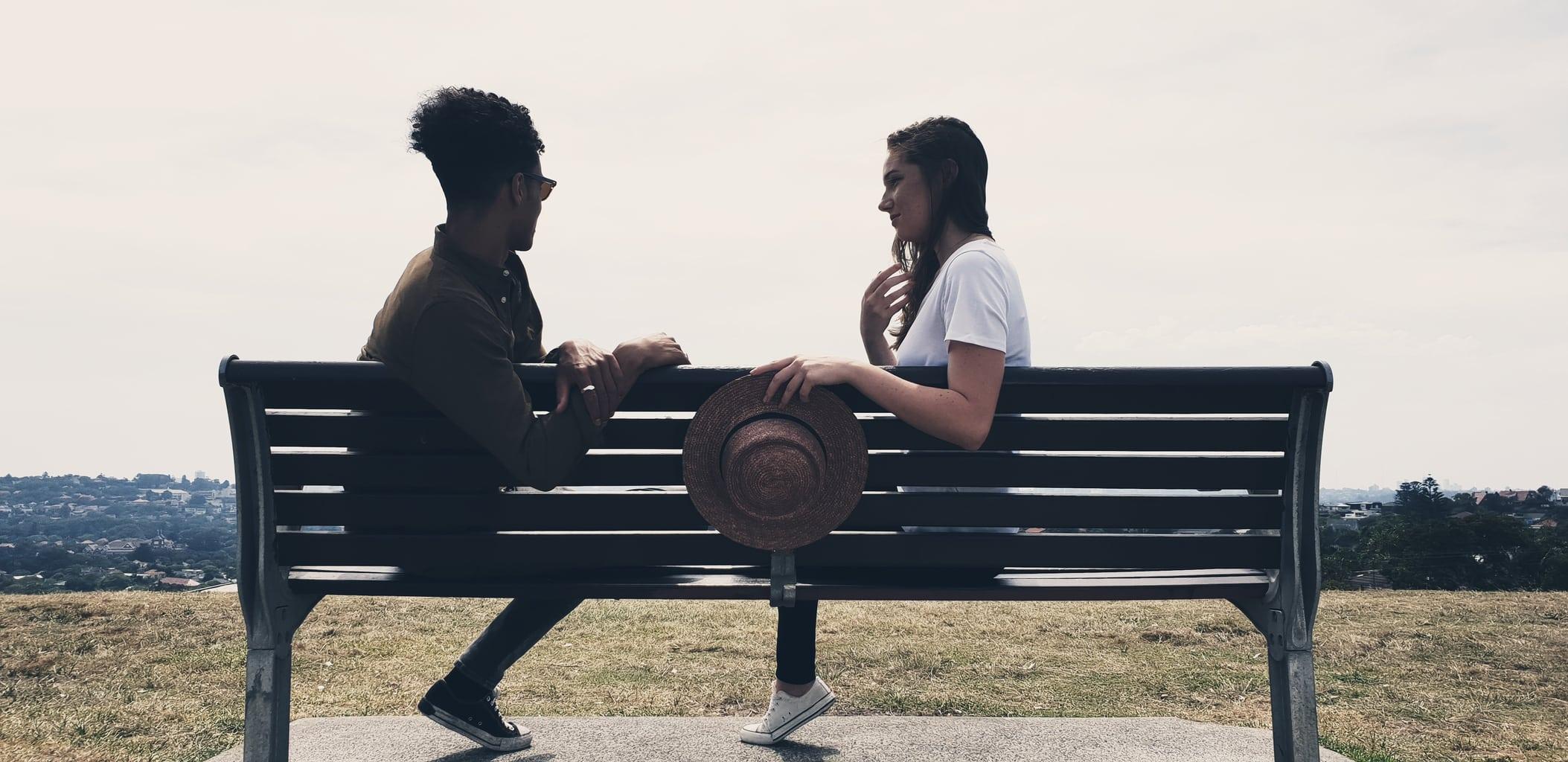 pareja en banco fotografiada con Galaxy S9