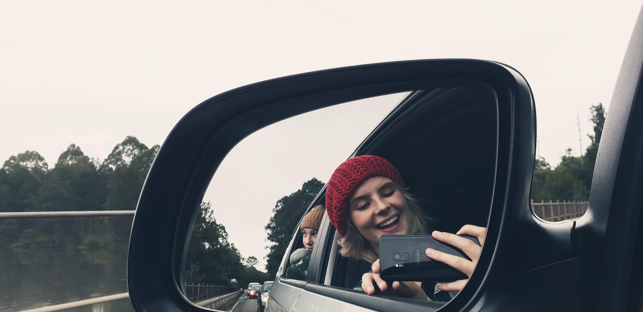Chicas en retrovisor de coche con Galaxy S9