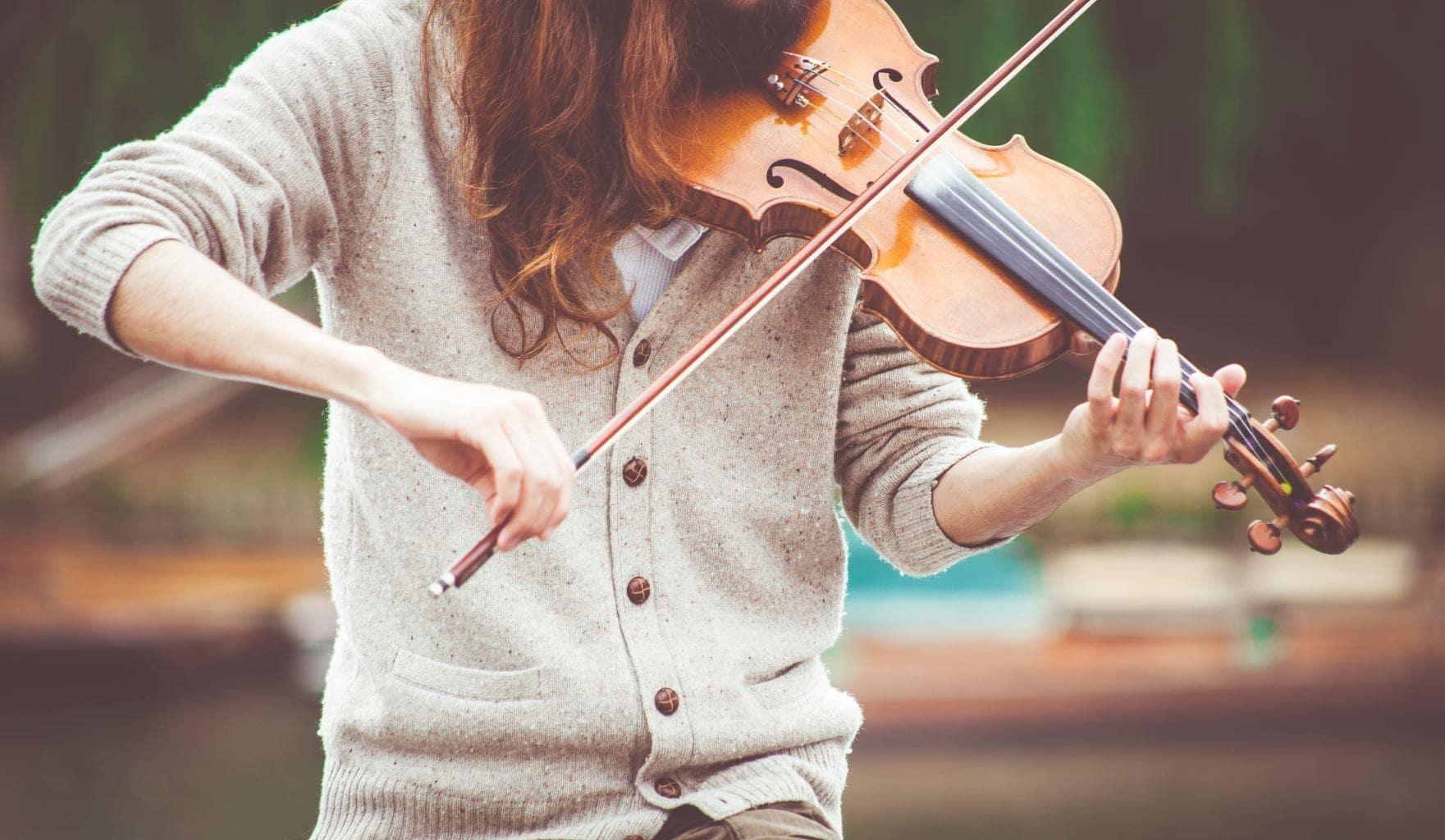 Mujer tocando un violín sin que se le vea la cara