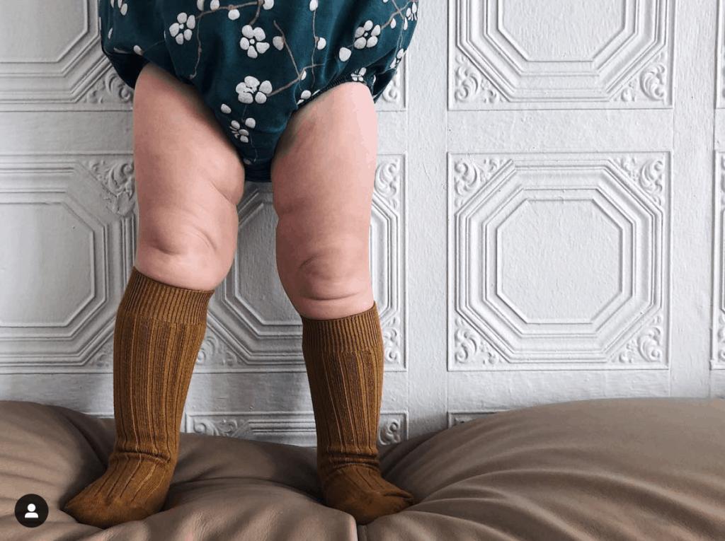 detalle de las piernas rollizas de una bebé