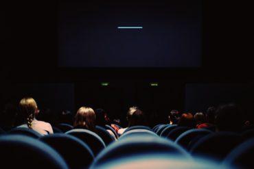 Vista de una sala de cine desde atrás
