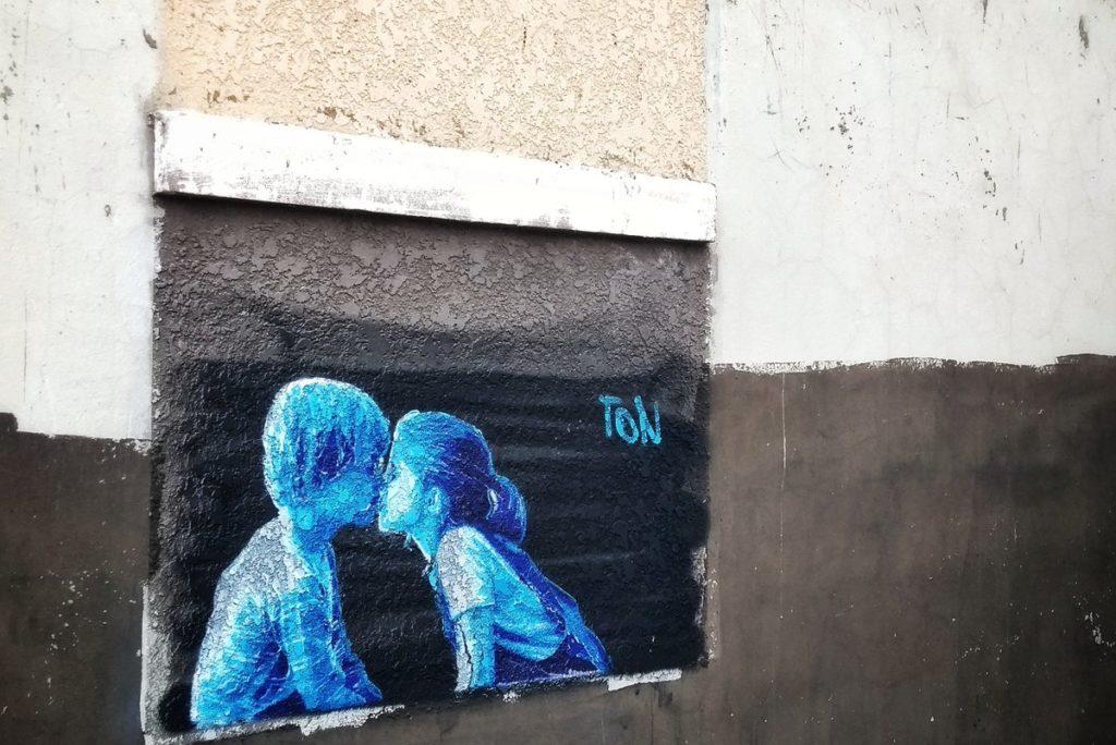 pintura en pared de beso