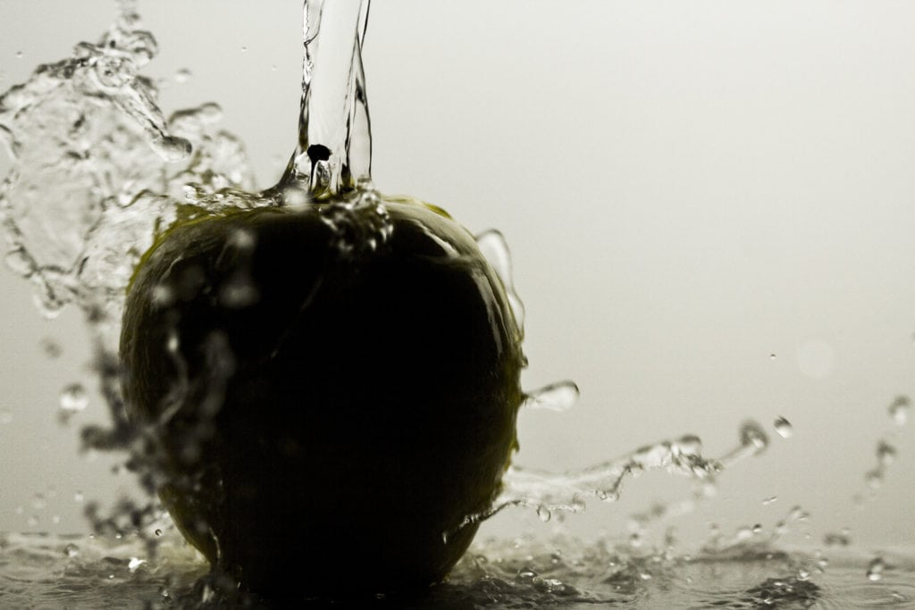 Manzana regada con agua