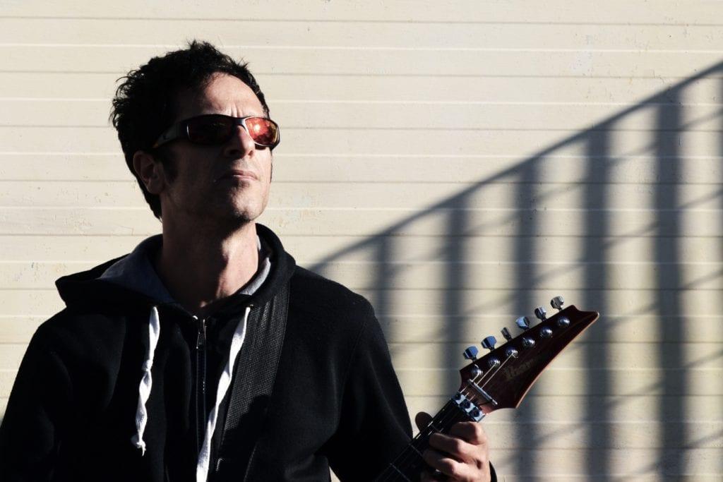 Músico con gafas de sol