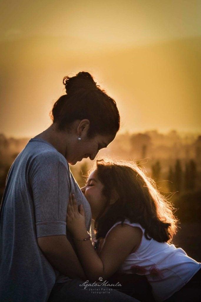 Madre e hija a contraluz