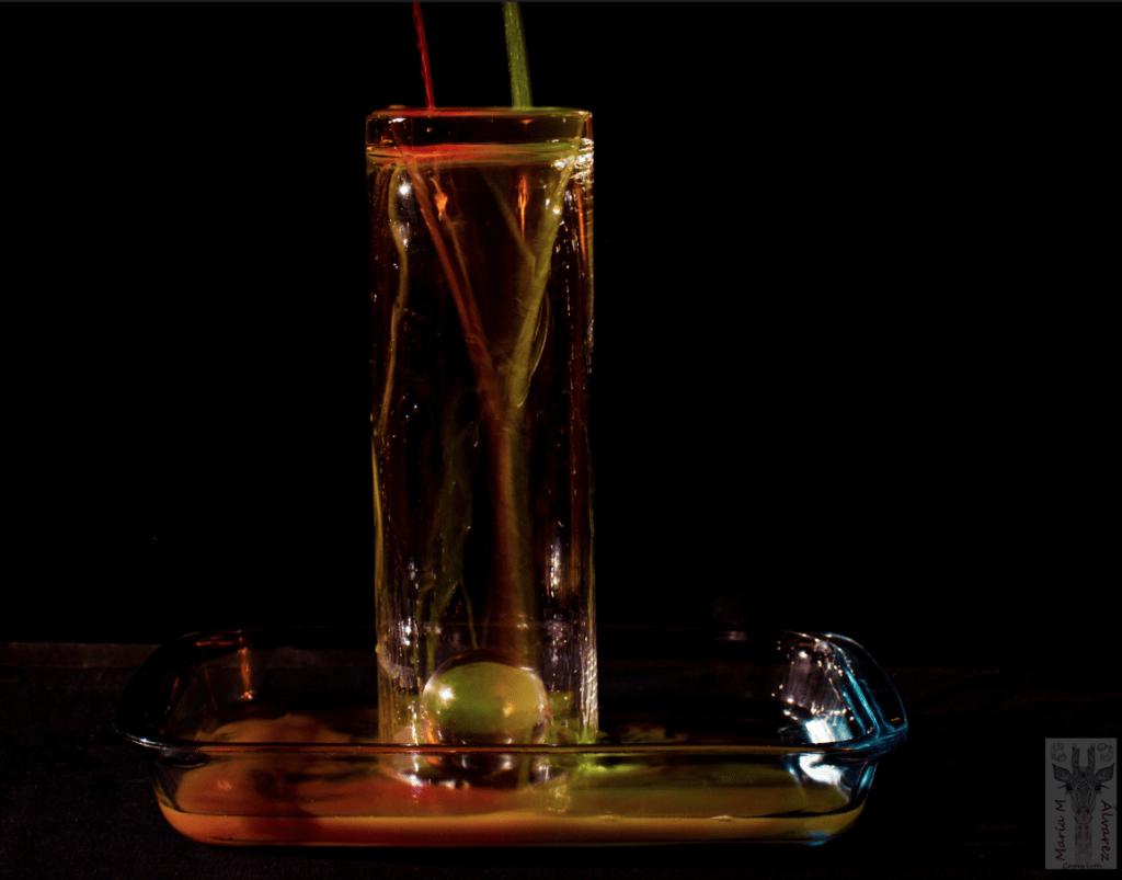 agua derramándose sobre vaso