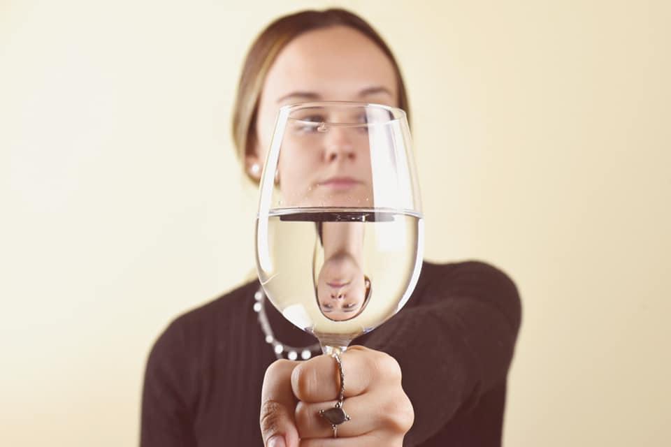 Retrato a través de cristal con agua