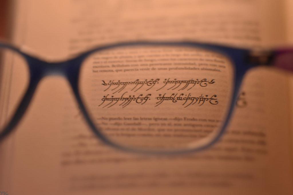 Texto enfocado con gafas