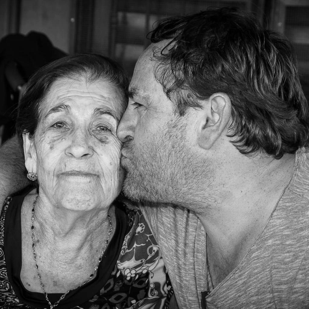 Hijo adulto besando a su madre