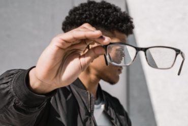 retrato de chico visto a través de unas gafas