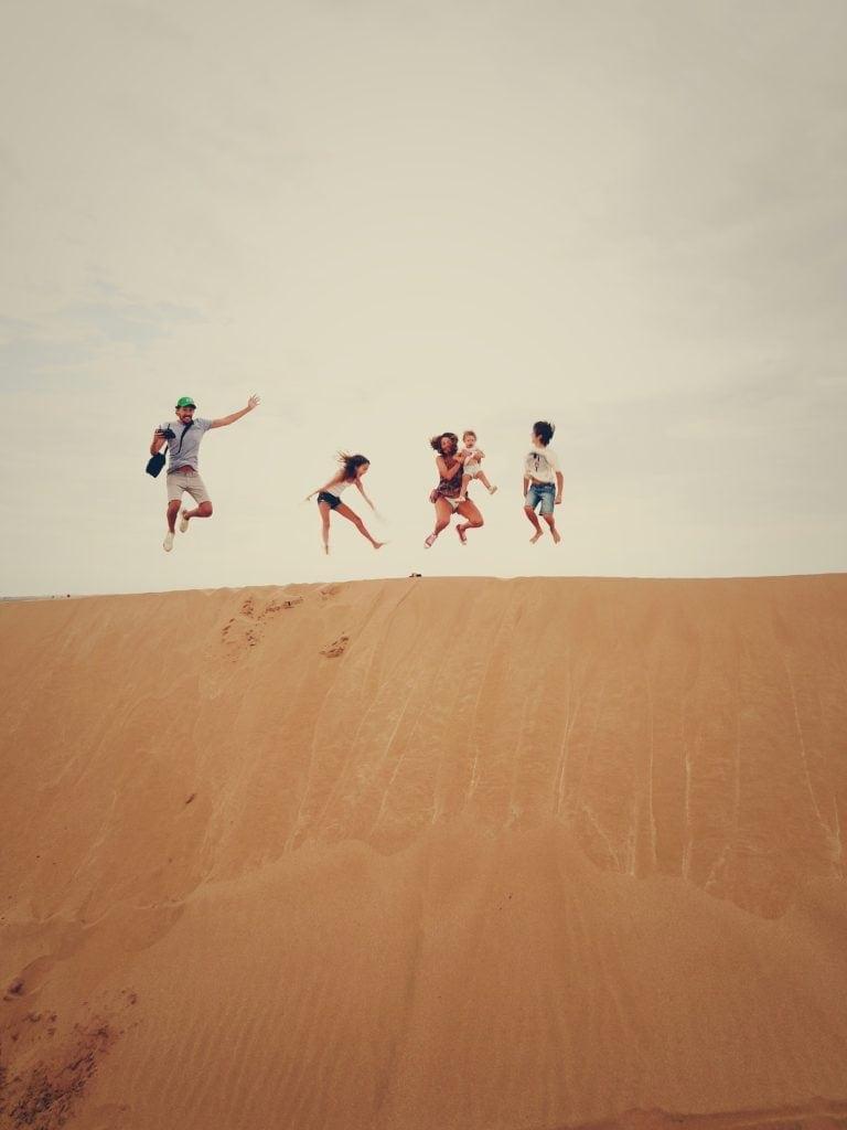 retrato familia saltando