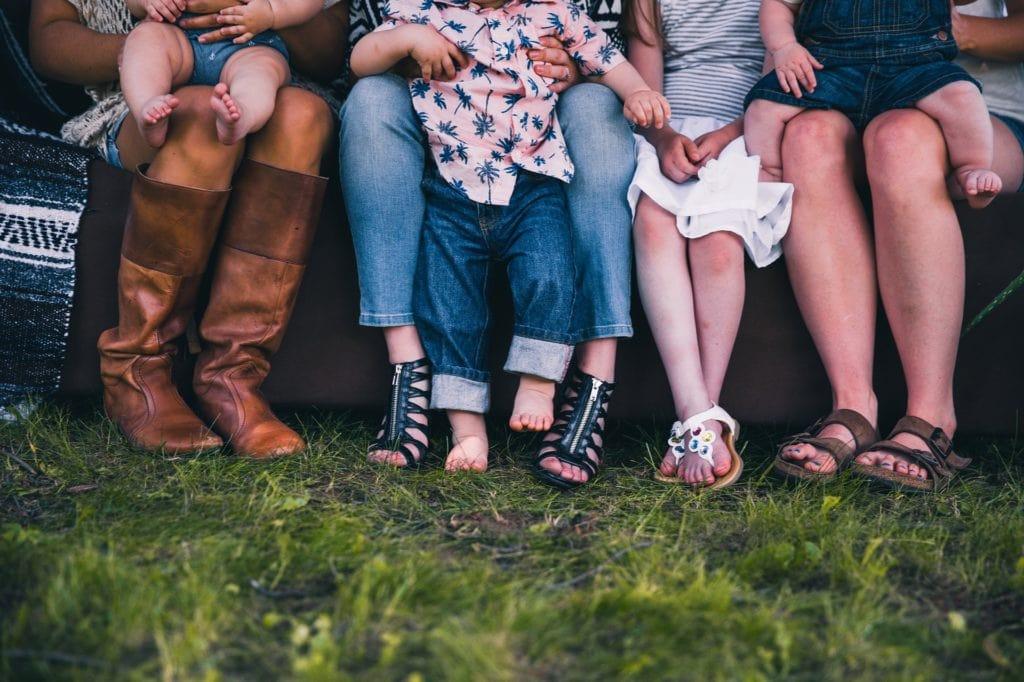 pies familia zapatos