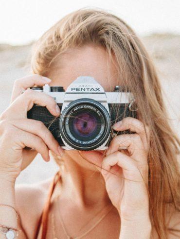 mujer cámara réflex
