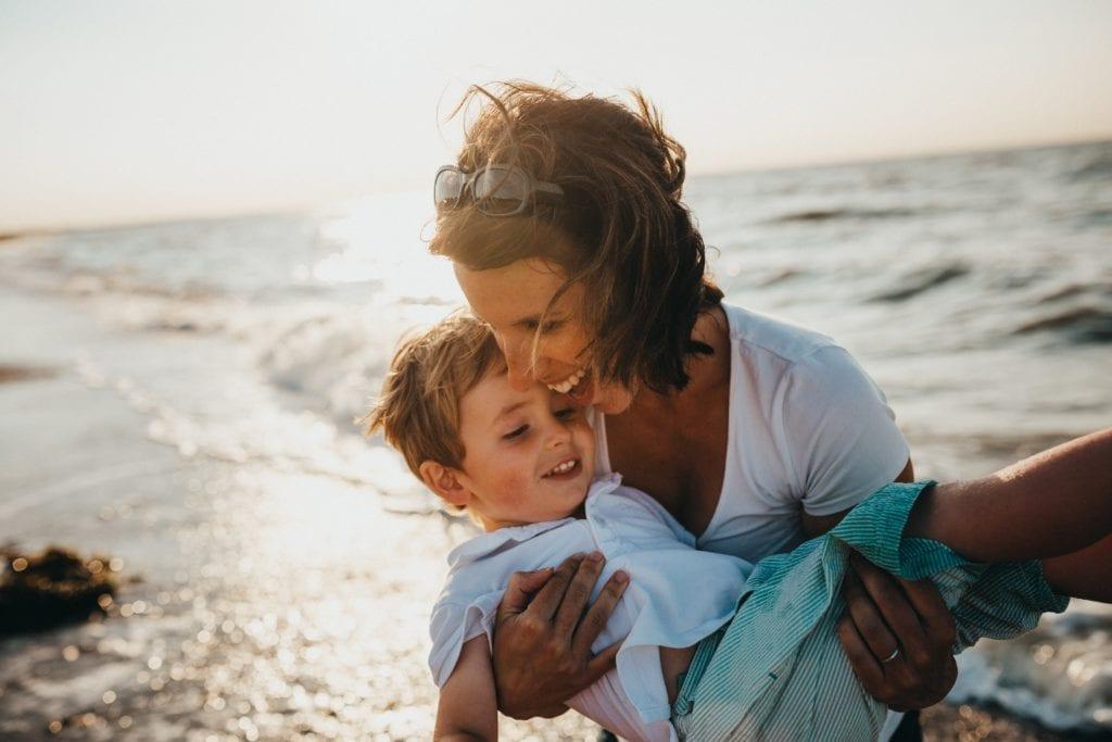 abrazo madre hijo