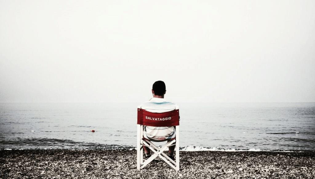 Socorrista mirando al mar