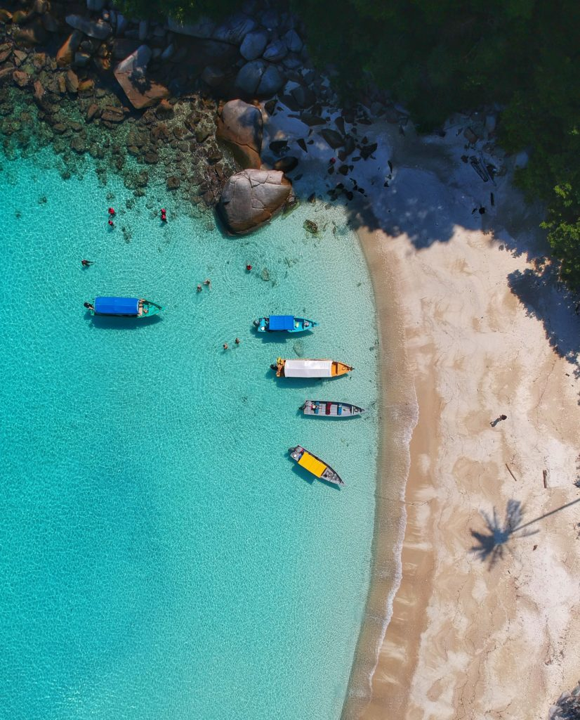 Playa fotografiada con un dron con aguas turquesas