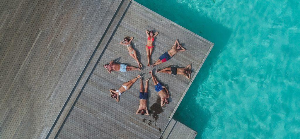 Amigos en verano fotografiados desde un dron