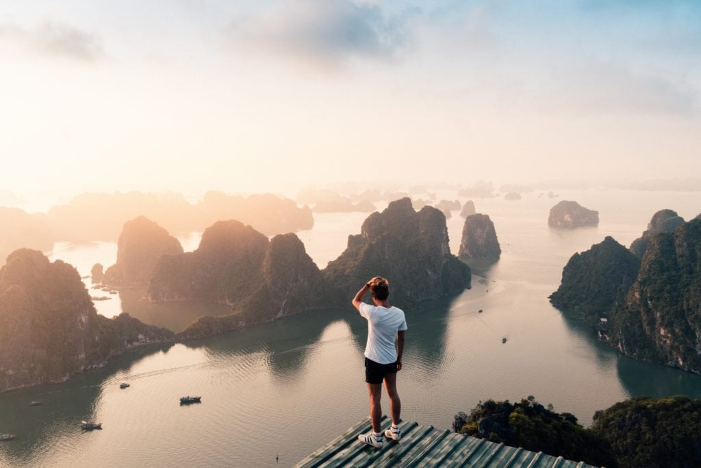 paisaje con vistas y hombre en la montaña