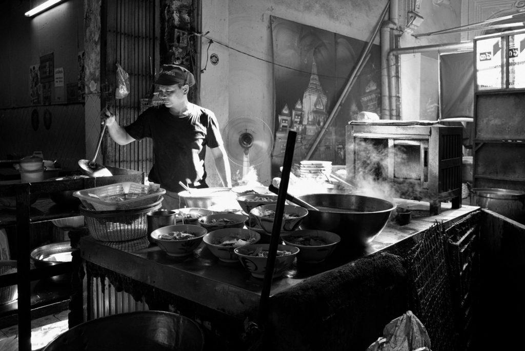 Trabajador cocinando