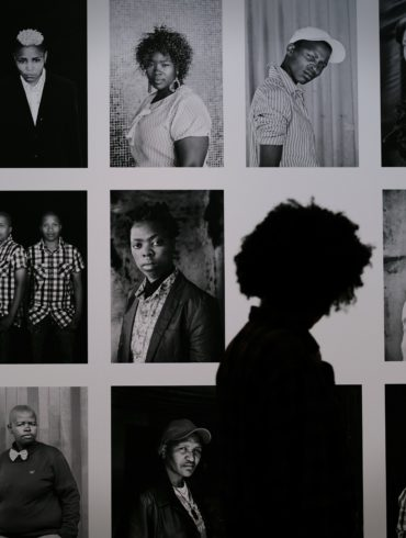 Fotos expuestas en la pared y silueta observando