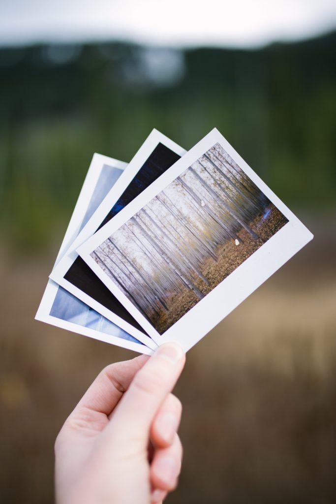 fotos impresas en la mano