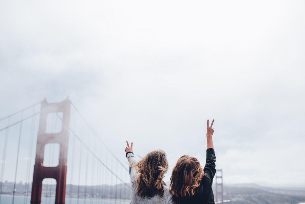 Puente con chicas de espaldas y niebla