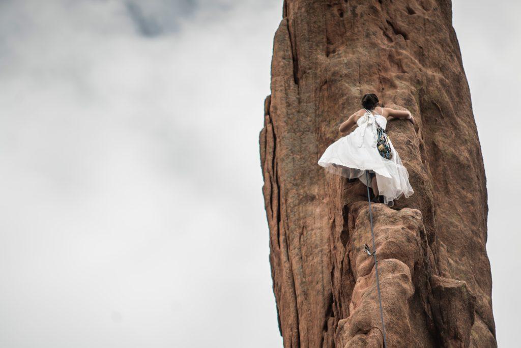 Escalada con vestido de novia