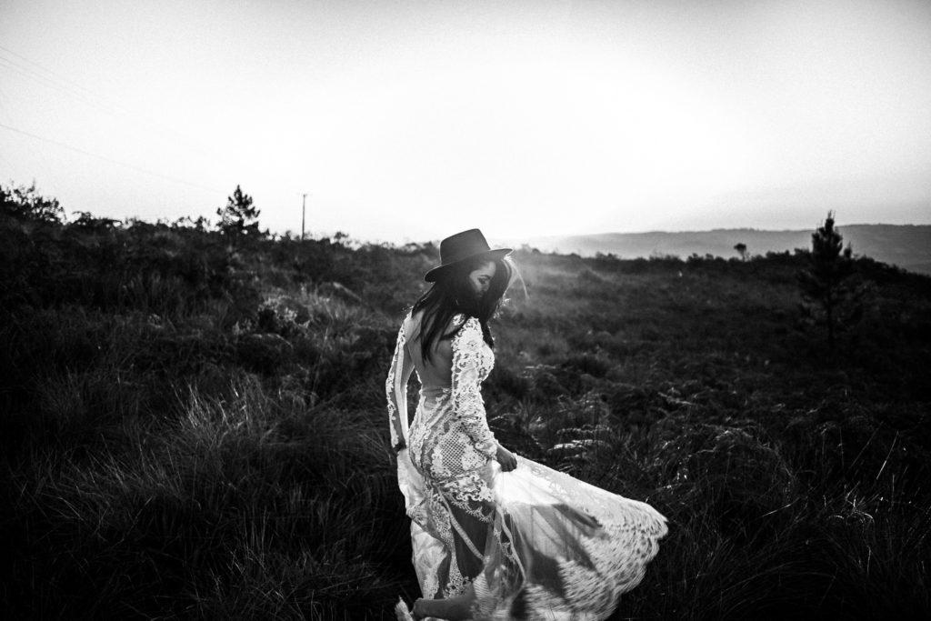 novia en el campo a contraluz