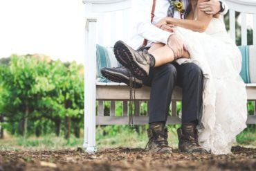 Pies de pareja de boda con botas de montaña